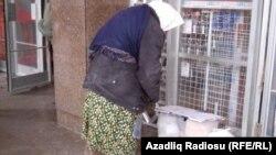 Nizami metrosunun yaxınlığında evsiz qadın