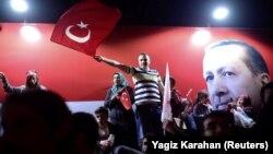Прихильники президента Туреччини Реджепа Те'їпа Ердогана (його портрет – на задньому плані) святкують перемогу на референдумі. Стамбул, 16 квітня 2017 року