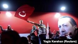 Сторонники президента Эрдогана в Стамбуле, 16 апреля