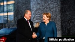 Канцлер Германии Ангела Меркель (справа) приветствует президента Армении Армена Саркисяна, Берлин, 28 ноября 2018 г.
