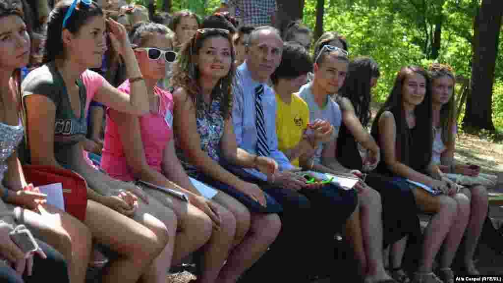 Ambasadorul american James D. Pettit transmite un mesaj tinerilor...