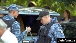 Співробітники міліції після штурму будинку із злочинцями в Одесі, 1 жовтня 2011 року