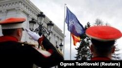 Flamuri i NATO-s dhe ai i Maqedonisë së Veriut janë vendosur pranë Qeverisë.