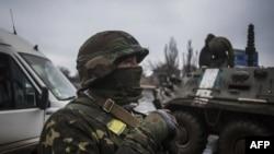Украинский военнослужащий в районе города Дебальцева. 3 февраля 2015 года.
