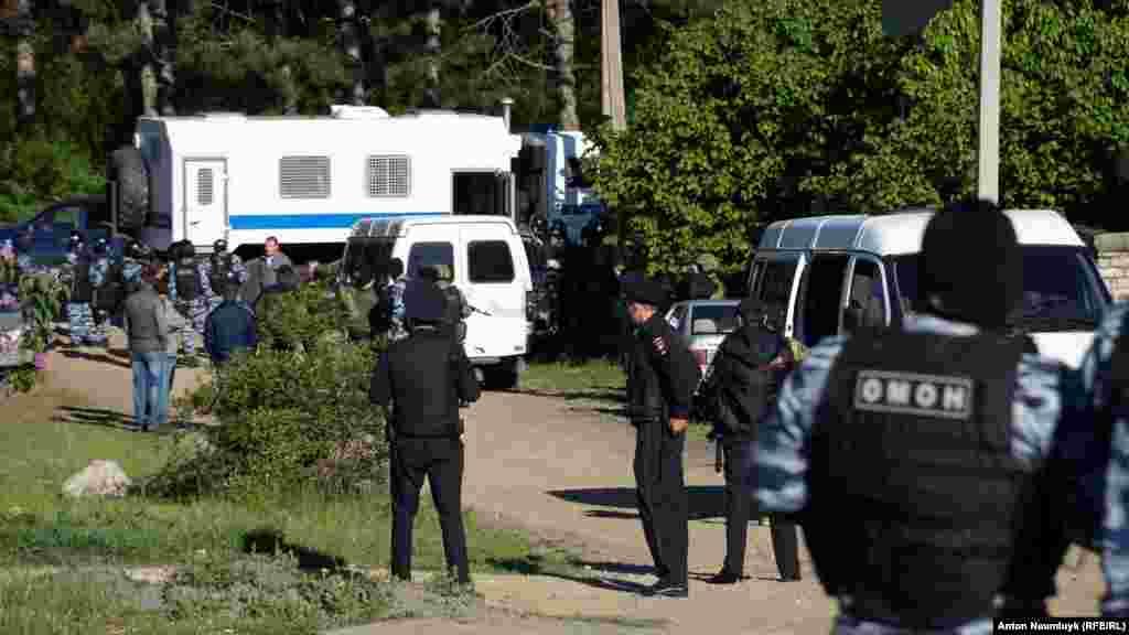 Российские силовики проводят обыск в доме крымскотатарского активиста Ризы Изетова в Строгоновке, 11 мая