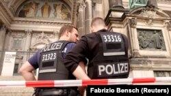Полицейские у кафедрального собора Берлина, где произошла стрельба, 3 июня 2018 года.