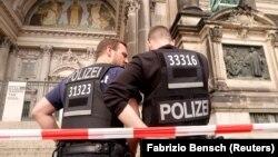 Атыс болған Берлин кафедралды соборы алдында тұрған полицейлер. 3 маусым, 2018 жыл.