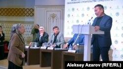 Возмущенная пожилая женщина, активистка Раиса Дюсембаева, после того, как политолог Талгат Калиев сравнил противников курорта за их поведение с обезьянами.