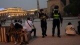 Полицейские патрулируют площадь перед мечетью Ид Ках в Кашгаре, Синьцзян-Уйгурский автономный район, Китай, 3 мая 2021 года.