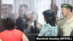 «Қорғас ісіне» байланысты айыптаушылар үзіліс кезінде туыстармен сөйлесіп тұр. Алматы, 20 маусым 2013 жыл.