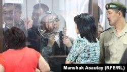 «Қорғас ісіне» байланысты айыпталушылар үзіліс кезінде туыстармен сөйлесіп тұр. Алматы, 20 маусым 2013 жыл.
