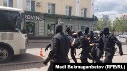 Полиция көшеден ұстаған адамды көлікке салып жатыр. Астана, 23 маусым 2018 жыл.