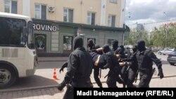 Полиция задерживает людей рядом с площадью близ акимата Астаны. Задержания проводятся в день, когда запрещенное в Казахстане движение ДВК призвало сторонников выйти на митинг «за бесплатное образование». 23 июня 2018 года.