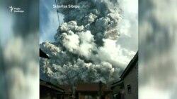 Індонезійський вулкан викинув 7-кілометровий стовп диму і попелу. Відео зняте очевидцями