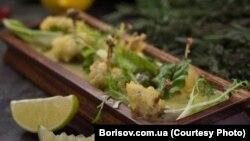 Смажені жаб'ячі лапки в ресторані «Бессарабія» в Києві