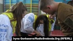Мариуполь: справляются в боевым оружием не только мальчики, но и девочки