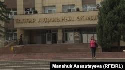 У здания акимата Талгарского района, возле которого 26 августа стреляли в гражданскую активистку Галину Арзамасову. Талгар, 3 сентября 2019 года.