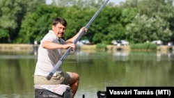Belterületi horgászat során sem muszáj maszkot hordani jelenleg. A képen Áder János köztársasági elnök látható, a Magyar Horgászat Nagyköveteinek horgászversenyén, a székesfehérvári palotavárosi tavaknál, 2021. június 24-én.