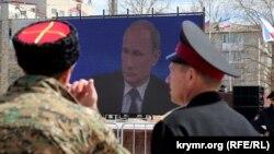 """Трансляция """"прямой линии"""" с Путиным на одной из площадей в Симферополе. 16 марта 2015 года."""