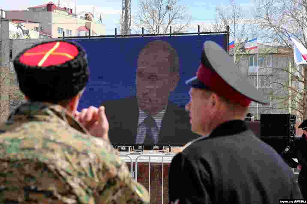 Aqmescitniñ merkezinde Rusiye prezidenti Vladimir Putinniñ «doğru bağnı» yayınladılar, 2015 senesi aprel 16 künü