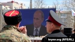 На площі ім. Леніна в Сімферополі ведуть пряму трансляцію програми «Пряма лінія з Володимиром Путіним». Квітень, 2015 рік