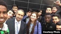 Фото из социальных сетей, в описании к которому говорится, что ученики турецкого учителя Энеса Куртая проводили его перед выездом из Казахстана.