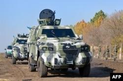 Броньовані автомобілі прикордонної служби неподалік українсько-російського кордону на північ від Харкова, жовтень 2014 року