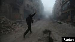 Один из сирийских повстанцев на улице пригорода Дамаска - Млеха