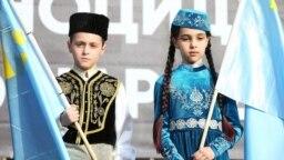 Copii în costume de tătari din Crimeea cu ocazia comemorării genocidului tătarilor de către Stalin.