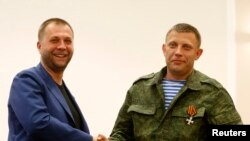 Бывший премьер-министр ДНР Александр Бородай (слева) представляет Александра Захарченко, которого оставляет в качестве одного из лидеров ДНР. Донецк, 7 августа 2014 года.