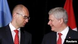 Կանադա - Սթիվեն Հարփերը և Արսենի Յացենյուկը համաձայնագրի ստորագրման արարողությունից հետո, Չելսի, Քվեբեկ, 14-ը հուլիսի, 2015թ․