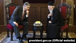 Ukrainian President Petro Poroshenko (left) meets with Ecumenical Patriarch Bartholomew I in Istanbul on April 9.