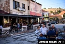 Кафе в сербской общине Прешево, где большинство населения составляют албанцы