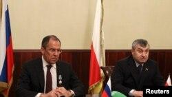 Министр иностранных дел РФ Сергей Лавров (слева) и лидер Южной Осетии Эдуард Кокойты на совместной пресс-конференции в Цхинвали. 25 апреля 2011 года