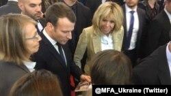 Ирена Карпа вручает Эммануэлю Макрону книгу рассказов Олега Сенцова. Париж, 16 марта 2018 года