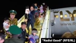 Ирактан ұшақпен жеткізілген балаларды Душанбе әуежайында күтіп алған адамдар. Тәжікстан, 30 сәуір 2019 жыл.