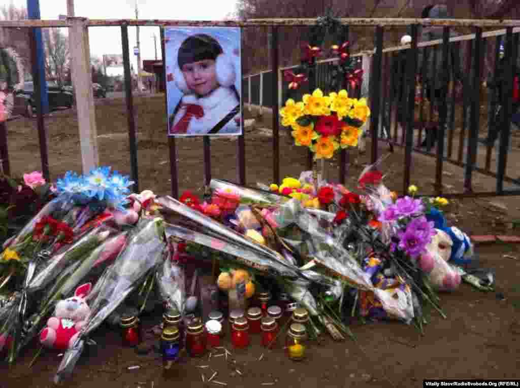 Напередодні на цьому ж місцібойова машина десанту наїхала на пішоходів, унаслідок чого 8-річна дівчинка загинула на місці, також шпиталізована з травмами жінка