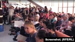 Люди, пришедшие в центр занятости, чтобы сдать документы на пособия. Шымкент, 2 апреля 2019 года.
