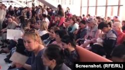 Шымкенттегі халыққа қызмет көрсету орталығына құжат тапсыруға келген азаматтар. 2 сәуір, 2019 жыл.
