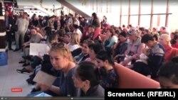 На скриншоте из видео - матери в очереди на оформление адресной социальной помощи.