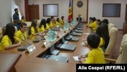 Copiii din diaspora în fotoliile de miniştri, în sala de şedinţe a guvernului, la întrevederea cu premierul Iurie Leancă