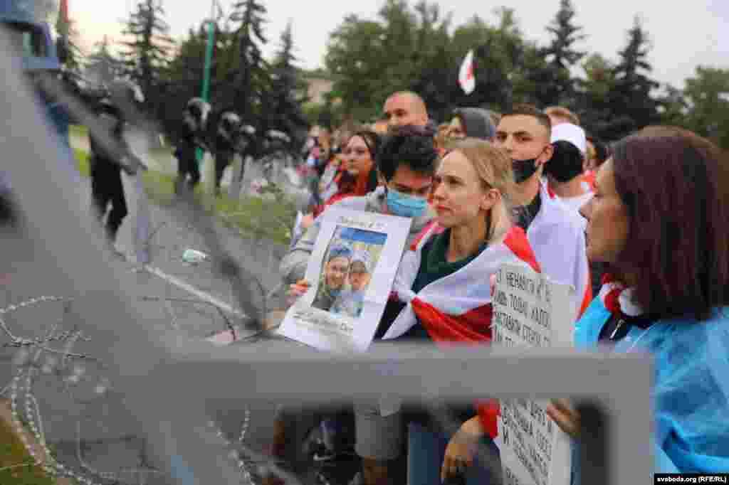 Тым часам каля кардону каля рэзыдэнцыі Лукашэнкі яшчэ засталіся людзі. Няшмат