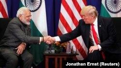 Үндістан премьері Нарендра Моди (сол жақта) АҚШ президенті Дональд Трамппен кездесіп отыр.
