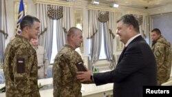 Порошенко приветствует украинских военнослужащих, освобожденных из плена