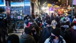 Люди в защитных масках на Таймс-сквер во время виртуального мероприятия в канун Нового года после вспышки коронавирусной болезни (COVID-19) в районе Манхэттена в Нью-Йорке.