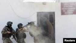 Қырғызстанның терроризммен күрес қызметінің қызметкерлері жаттығу кезінде (Көрнекі сурет).