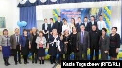 Коллективная фотография, сделанная после встречи с участниками Декабрьских событий 1986 года в гимназии № 148 (Хасен Кожа-Ахмет четвертый справа). Алматы, 24 ноября 2016 года.