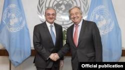 Министр иностранных дел Армении Зограб Мнацаканян (слева) и генеральный секретарь ООН Антониу Гутерриш