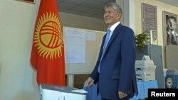 Președintele Almazbek Atambaev votînd la Bișkek