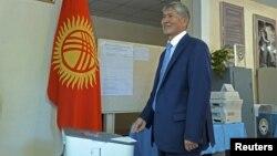 Президент Алмазбек Атамбаев былтыркы парламенттик шайлоодо.